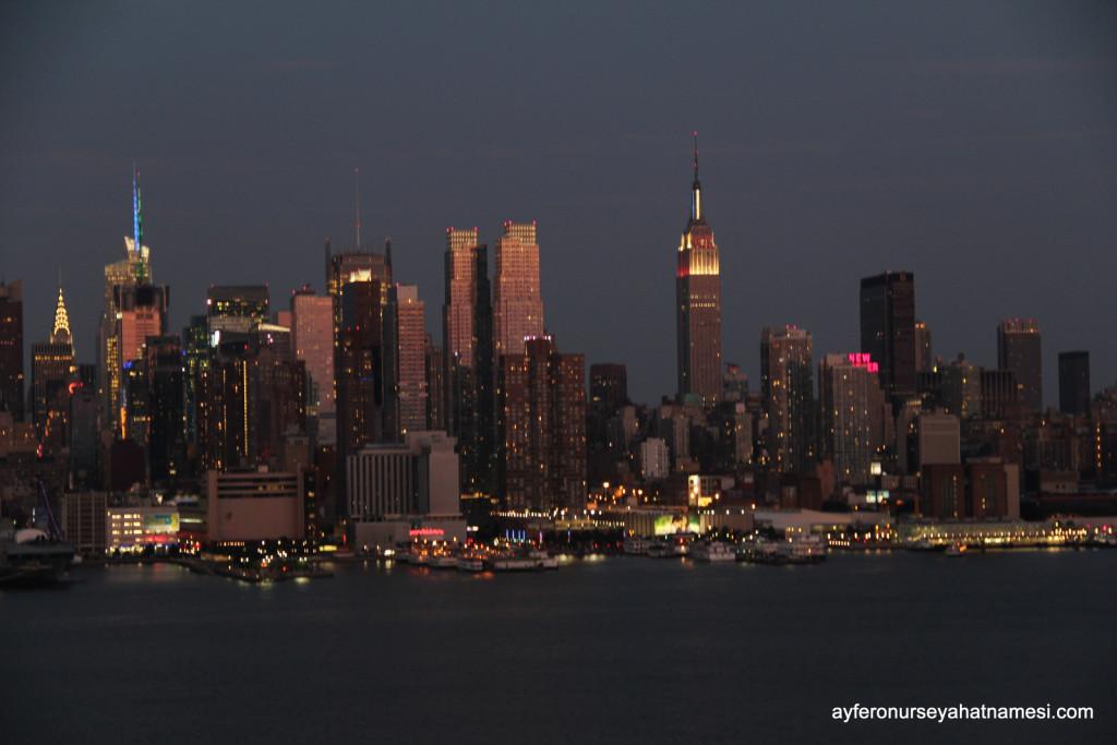New Jersey eyaletinin Hoboken bölgesinden akşam NYC manzarası ve Empire State binası...