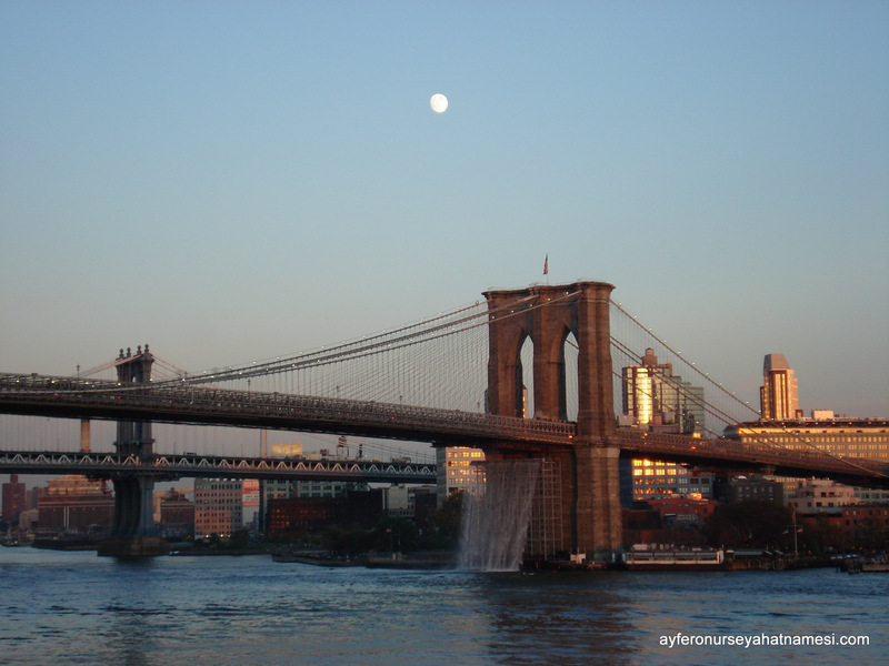 Brooklyn Bridge, gün batımı ve ay...