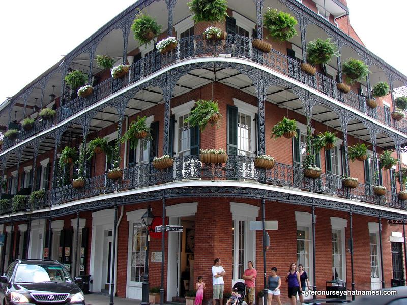 New Orleans'ın renkli çiçekli balkonlarından...