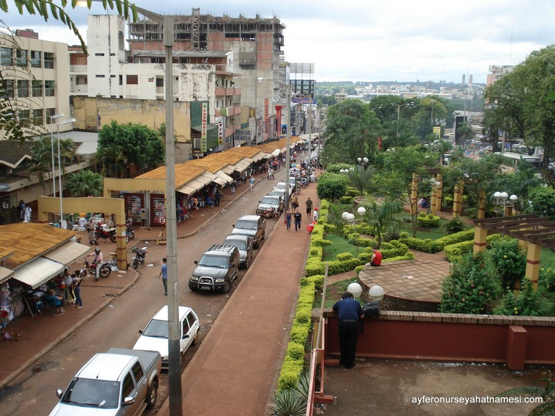 Pazar ve şehirden genel manzara - Ciudad del Este