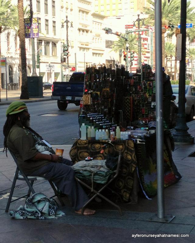 New Orleans'ın sakin sabahından, satıcı bile uyukluyordu :)