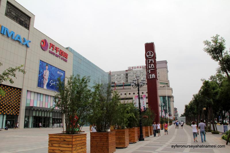 Alışveriş merkezlerinin ve restoranların olduğu cadde...