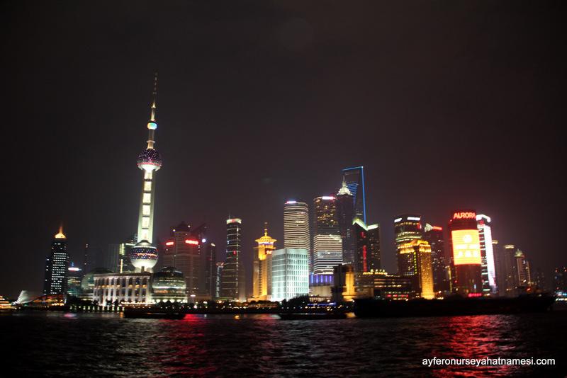 Pudong bölgesinin gece ışıklı hali...
