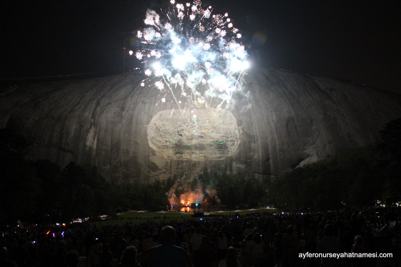 Stone Mountain Parktaki havai fişek gösterilerinden...